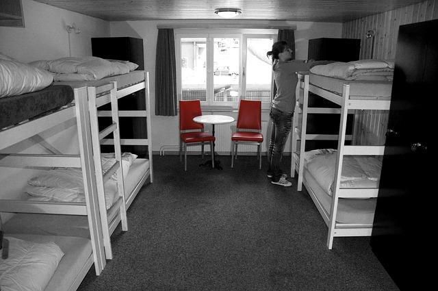 bílé patrové postele.jpg
