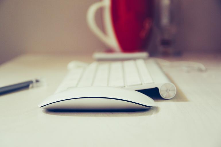 klávesnice s varnou konvicí
