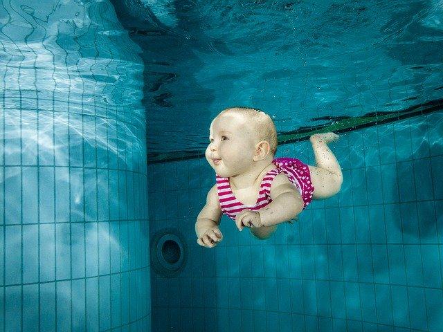 miminko potopené pod vodou