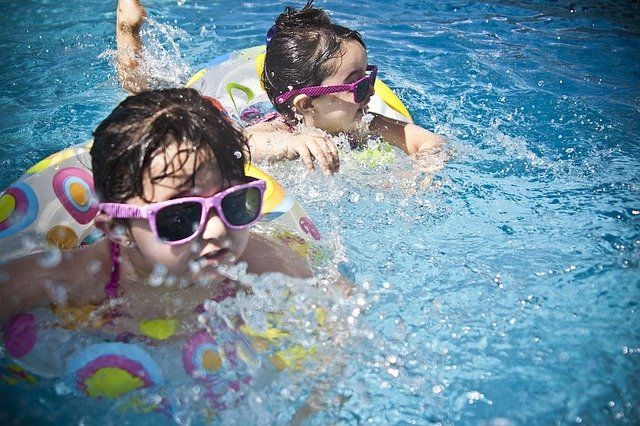 dvě děti plavající v kruzích