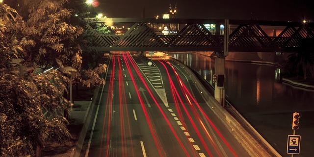 osvětlená silnice podél řeky